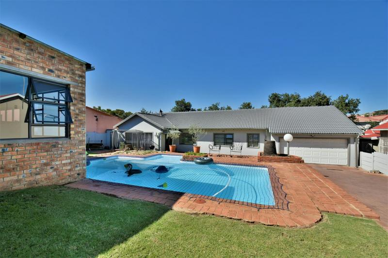 Property For Sale in Oakdene, Johannesburg 2