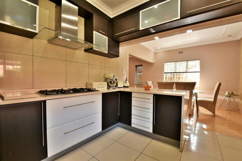 Property For Sale in Mondeor, Johannesburg 10