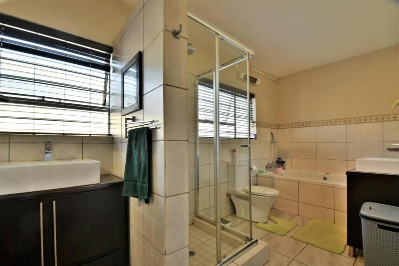 Property For Sale in Suideroord, Johannesburg 11