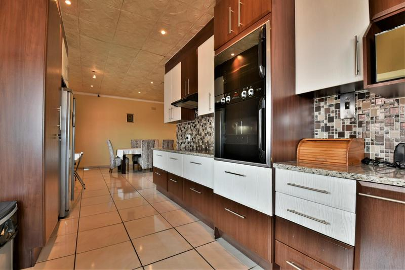 Property For Sale in Mondeor, Johannesburg 9