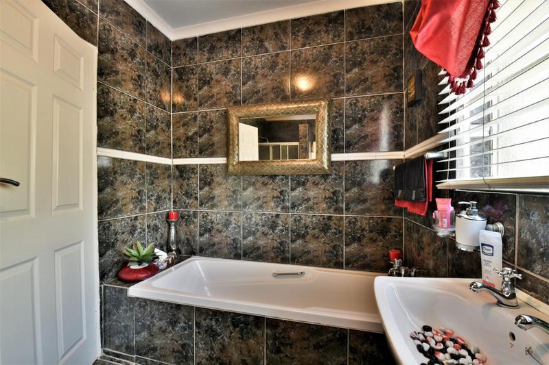 Property For Sale in Oakdene, Johannesburg 25